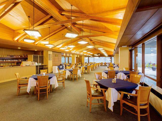 画像: レストランの天井や照明器具はオリジナルデザインのままテーブル18卓