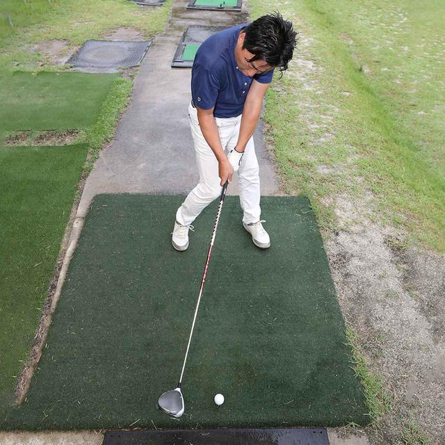 画像: しかし、オープンにせずボールを右に置くと、インパクトで手元が詰まりやすくヘッドを振り出しにくくなる。さらに、ヘッドの入射角がキツくなりドローが打ちにくい