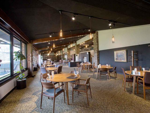 画像: レストランは採光こそよいが、あくまでシック。12卓
