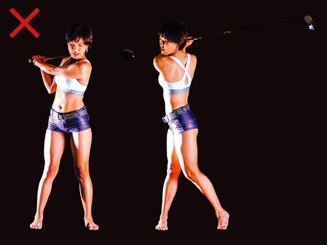 画像: ×肩だけ回すと腕が体に巻き付く(左)、×下半身まで動くとトップで力が抜ける(右)