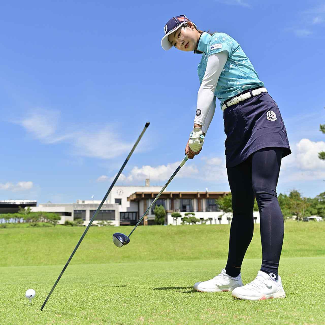 画像: ゴルフのスウィングでは上体が前傾しているため、目線も傾きを持っている。左に顔を向けるということは、「左上方」を見るということ。目標方向を見ると右肩が下がる。