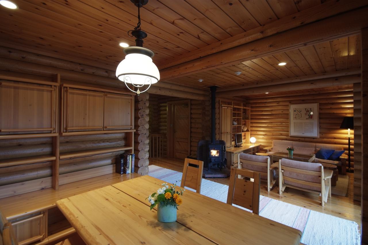 画像: 我が家のようにゆったり寛げる暖炉付きのリビング