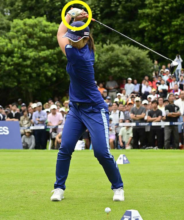 画像: コックを使わず、アウトに腕を上げることで、自然と肩の回転が縦回転。フェードに最適な軌道になる