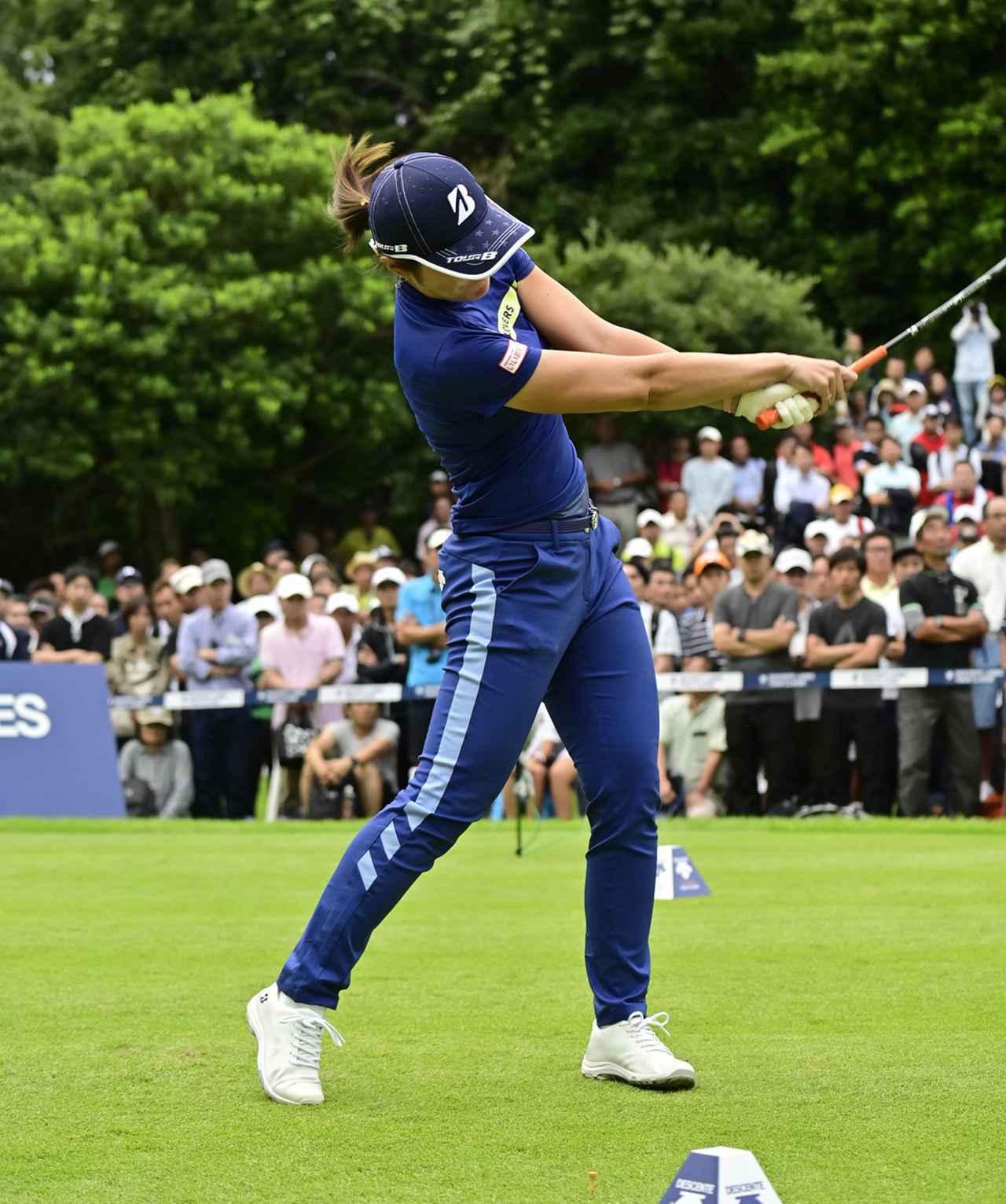 画像: トップからフォローまで左手の甲を正面に向ける。フェースローテーションを抑えることで思いっきり左に振り抜ける