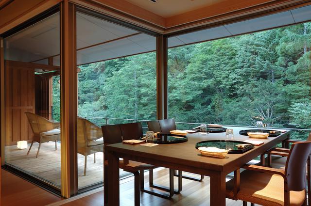 画像: 夕食は日本庭園を望む個室ダイニングで