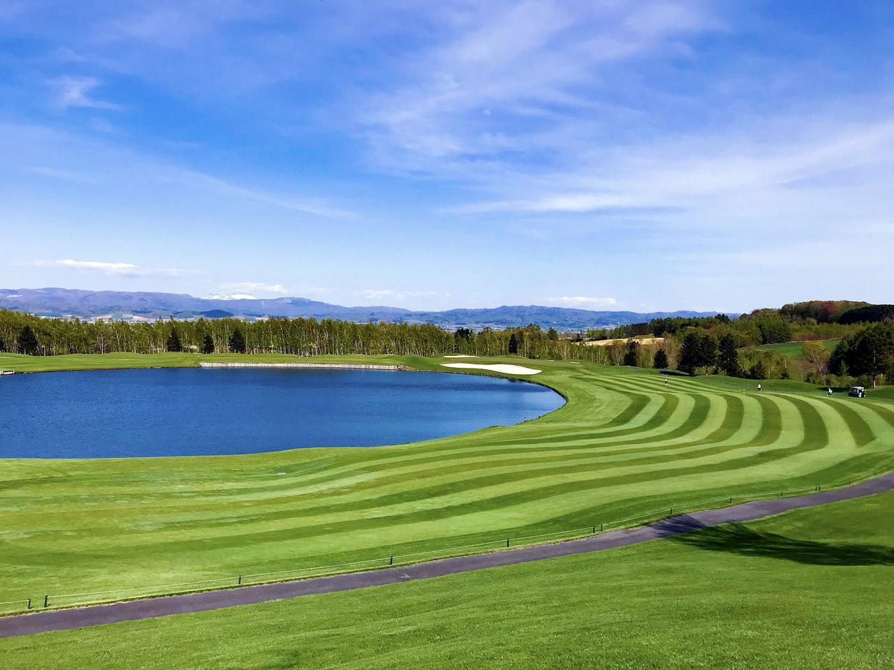 画像: 大きな池を囲むように配置された水コース3番パー4(389ヤード)と4番パー3(163ヤード)。