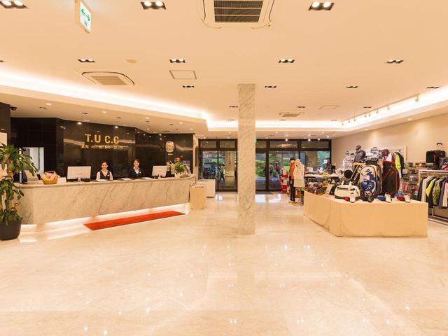 画像: 大理石の床が象徴的なフロント、ロビー