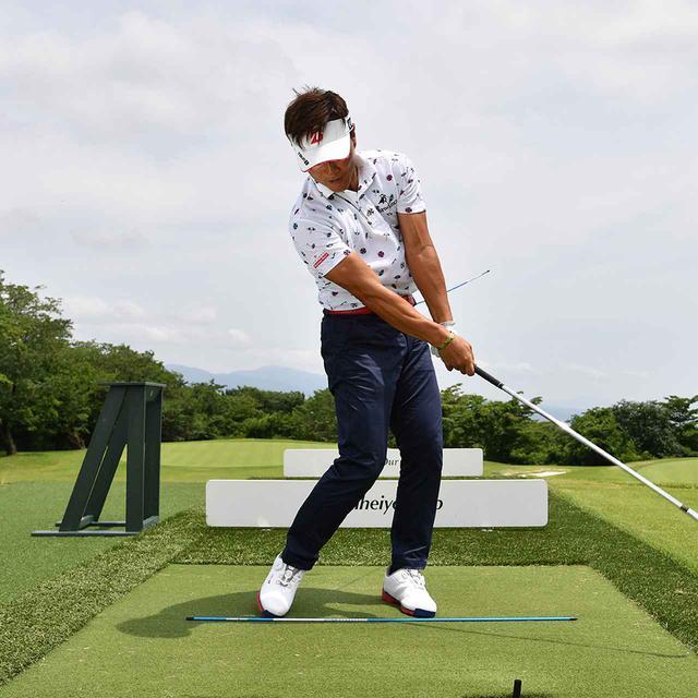 画像7: 【ドライバー前編】流れず! 引けず! しっかり回す! 球をつかまえるには腰をクルッと回したい!