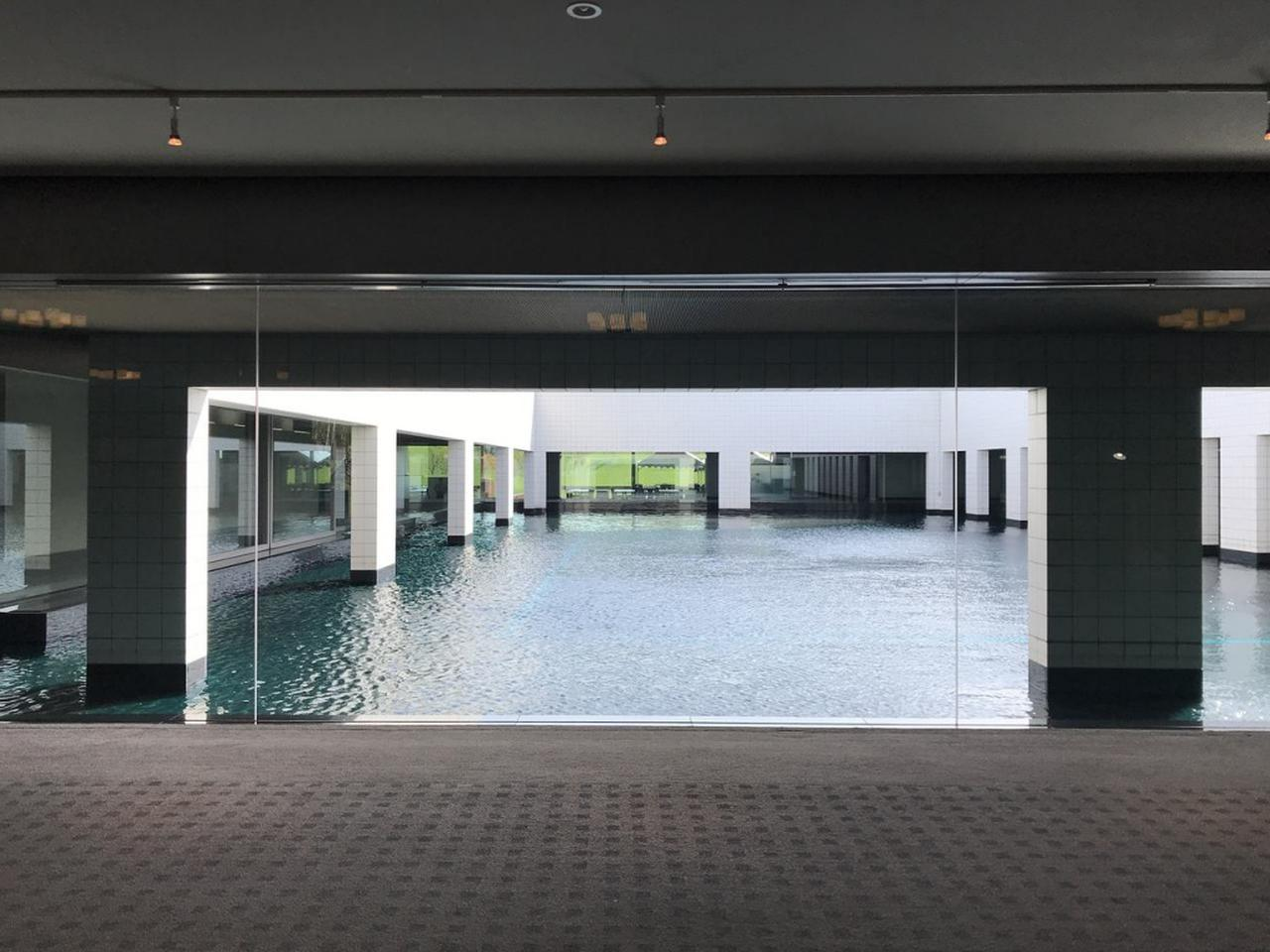 画像: ゆったりした空間で心地いいクラブハウス内。中央に池が広がる