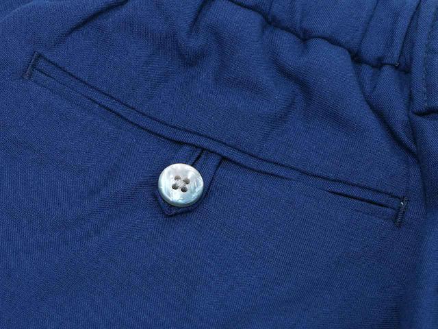 画像: 仕立てのよさが、後ろポケットのボタンにも