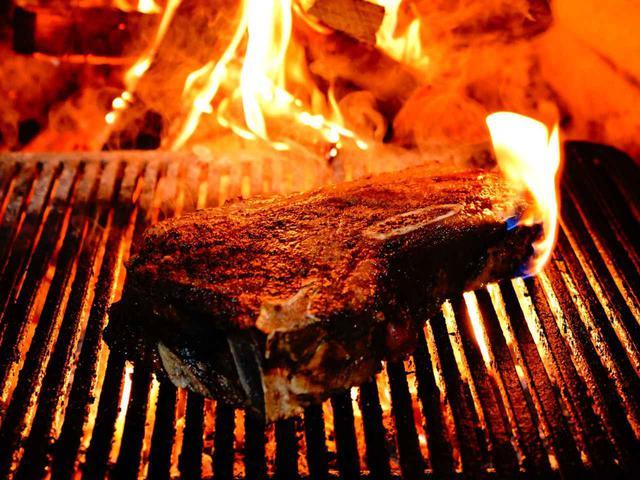 画像: 塩主体のシンプルな味付け。熟成された香りと肉汁の旨味が引き立っている。脂が落ちるから意外とあっさり!
