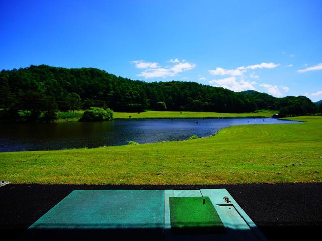 画像: 水に浮くボールを池に向かって打つ「軽井沢ゴルフ練習場」