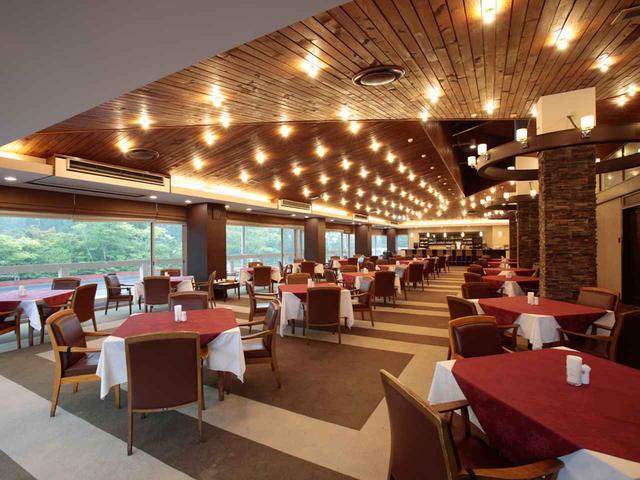 画像: レストランのテーブル数18卓