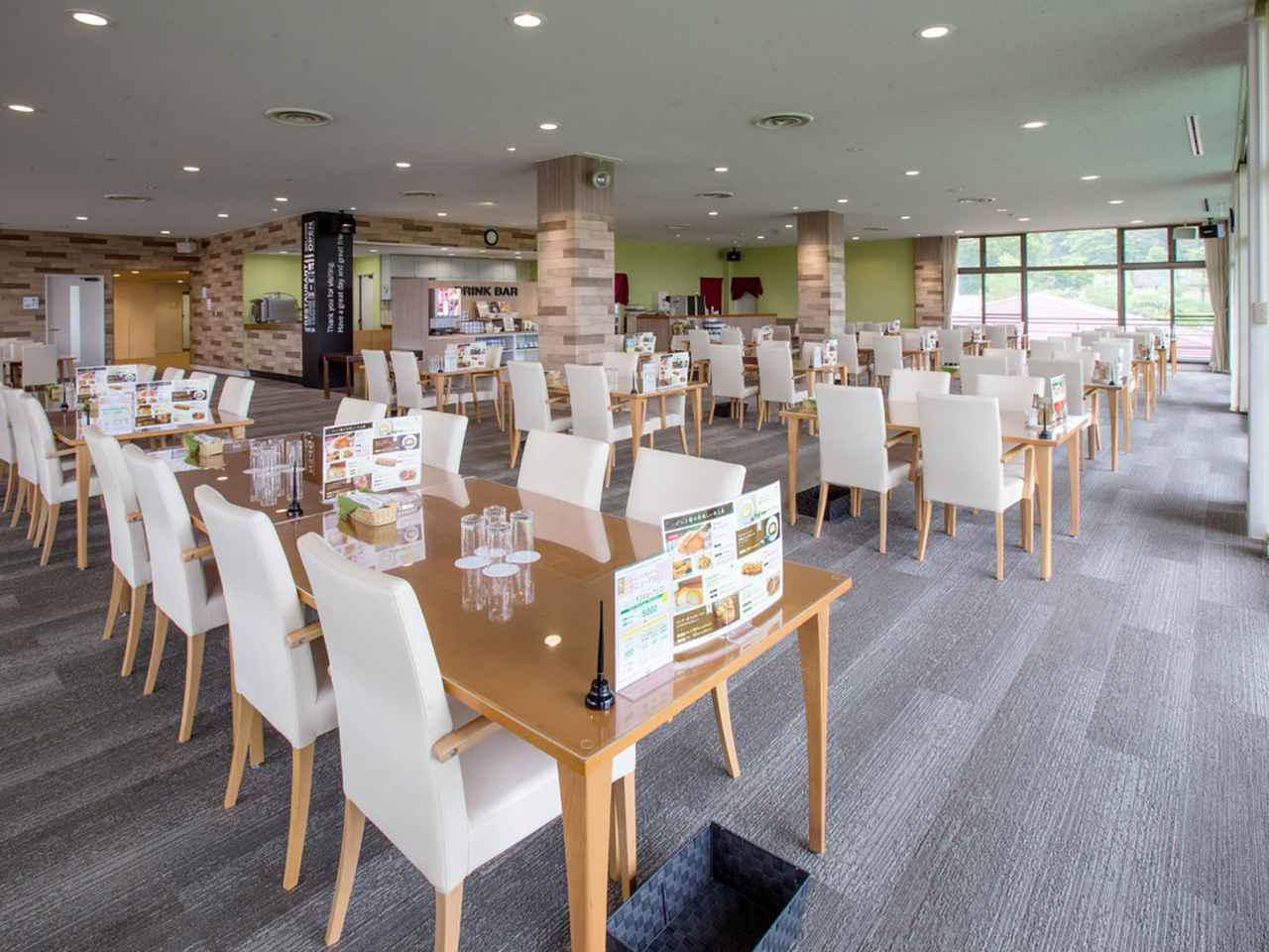 画像: カフェ風のレストラン。テーブル数19卓。レストランの一部はコンペパーティにも利用する