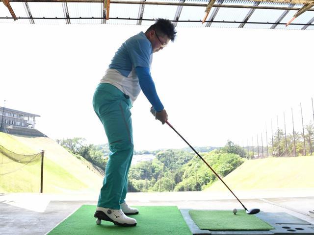 画像: かかとでボールを踏めば、つま先体重を体感できる