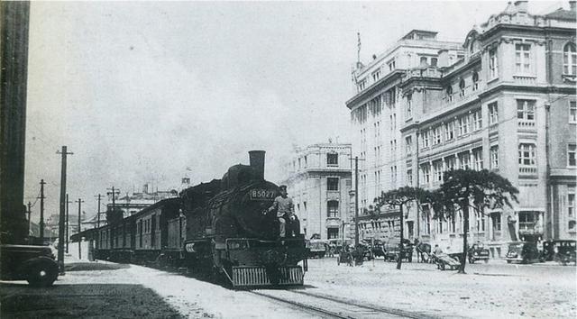 画像: 1932年(昭和7年)オリエンタルホテル前を行く神戸臨港線B50形蒸気機関車