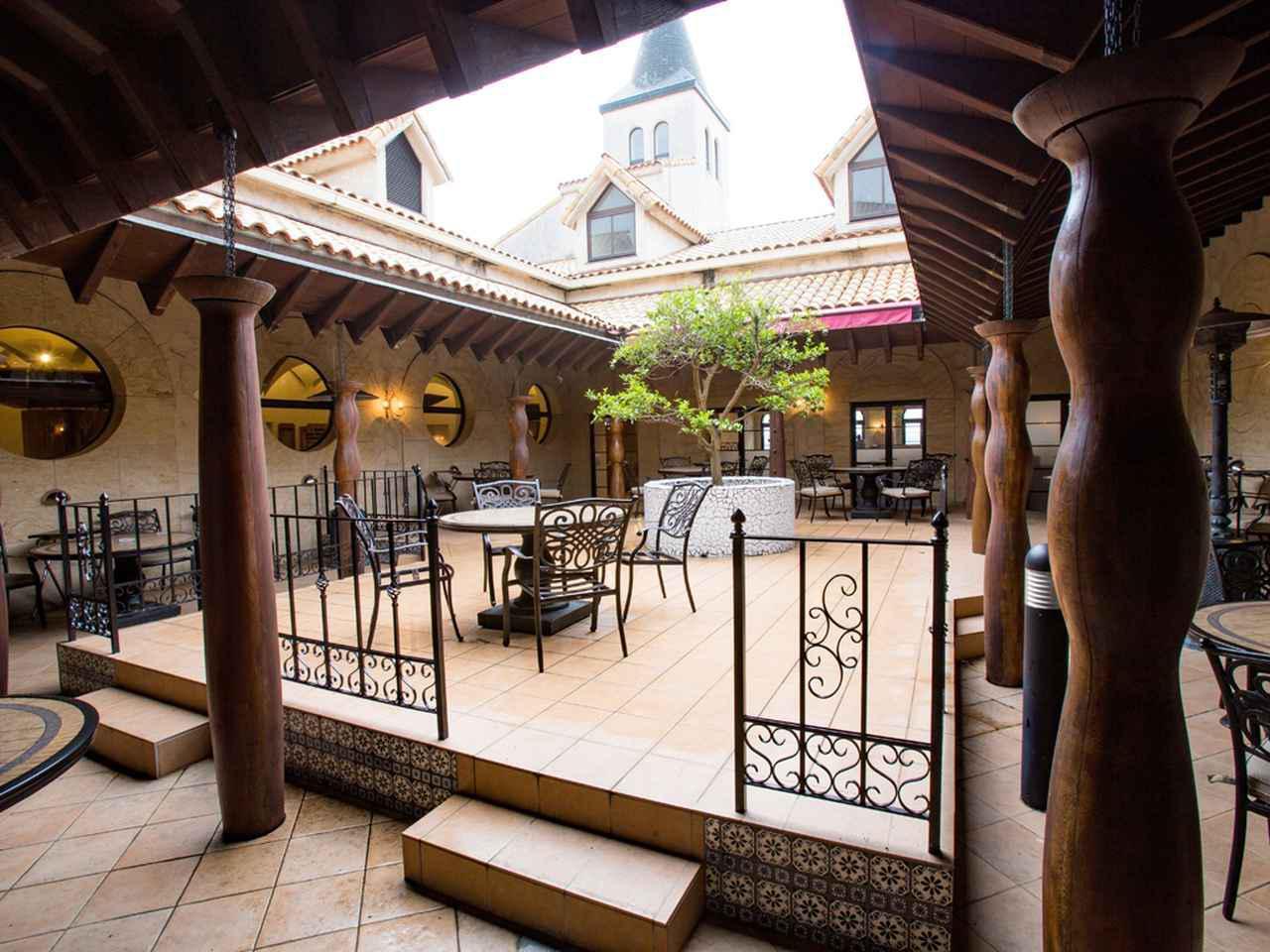 画像: ロビーとレストランに挟まれたパティオ。8卓32席