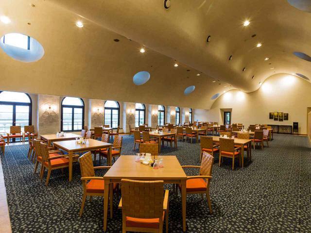 画像: 窓を広げたレストラン。16卓64席