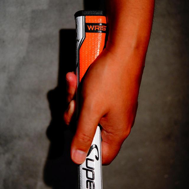 画像: ピストル型グリップに似ているが、手の平のふくらみ(母指球)にぴったりフィットするよう設計。グリップと手が一体化してストロークできる
