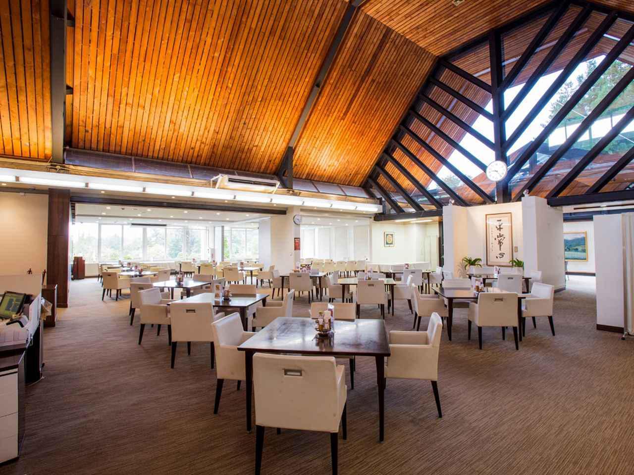 画像: レストランはロビーからスロープを下がってわずかに低い位置にある。左奥はコンペパーティでも使用する。20卓