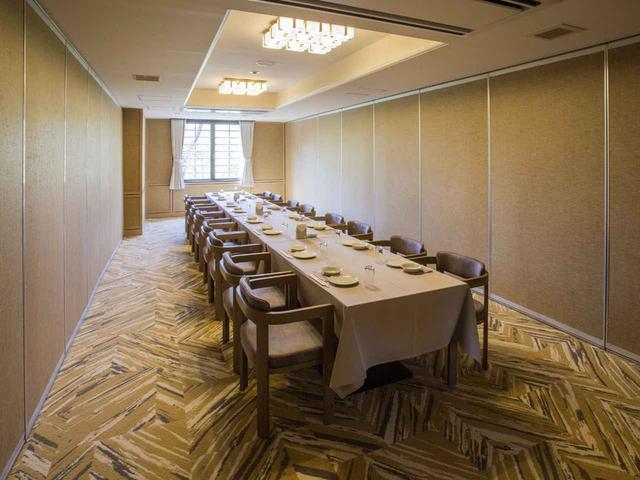 画像: レストラン脇に並ぶコンペルーム。5室80人収容