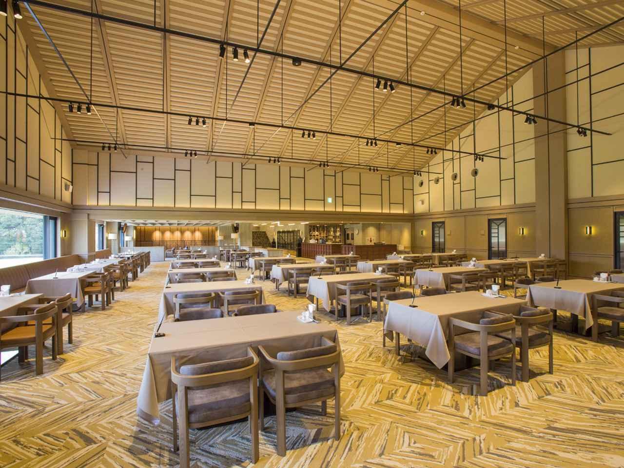 画像: 天井も高くラウンジと一間続きなので、広々と感じるレストラン。テーブル数31卓