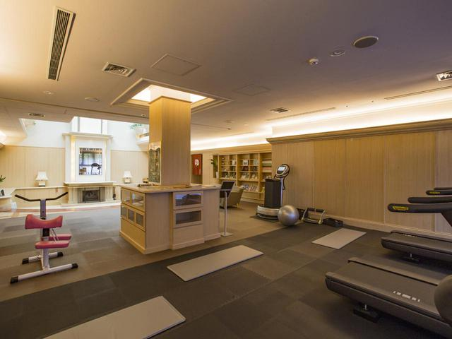 画像: トレーニングマシンや読書スペースなど、滞在型ホテルとしての共用リビングがある
