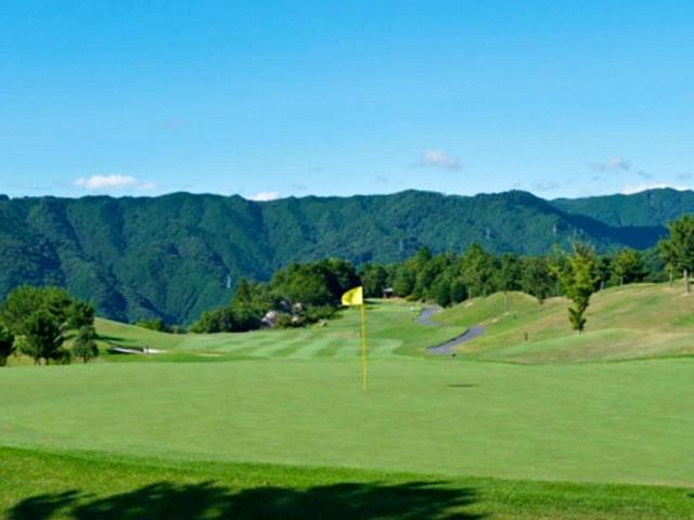 画像: 周辺の山々が一望できる13番グリーン