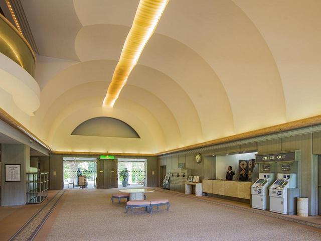 画像: 天井は高く空間の大きさは感じられるが、フロント前ロビーの面積は控えめで広い通路のよう
