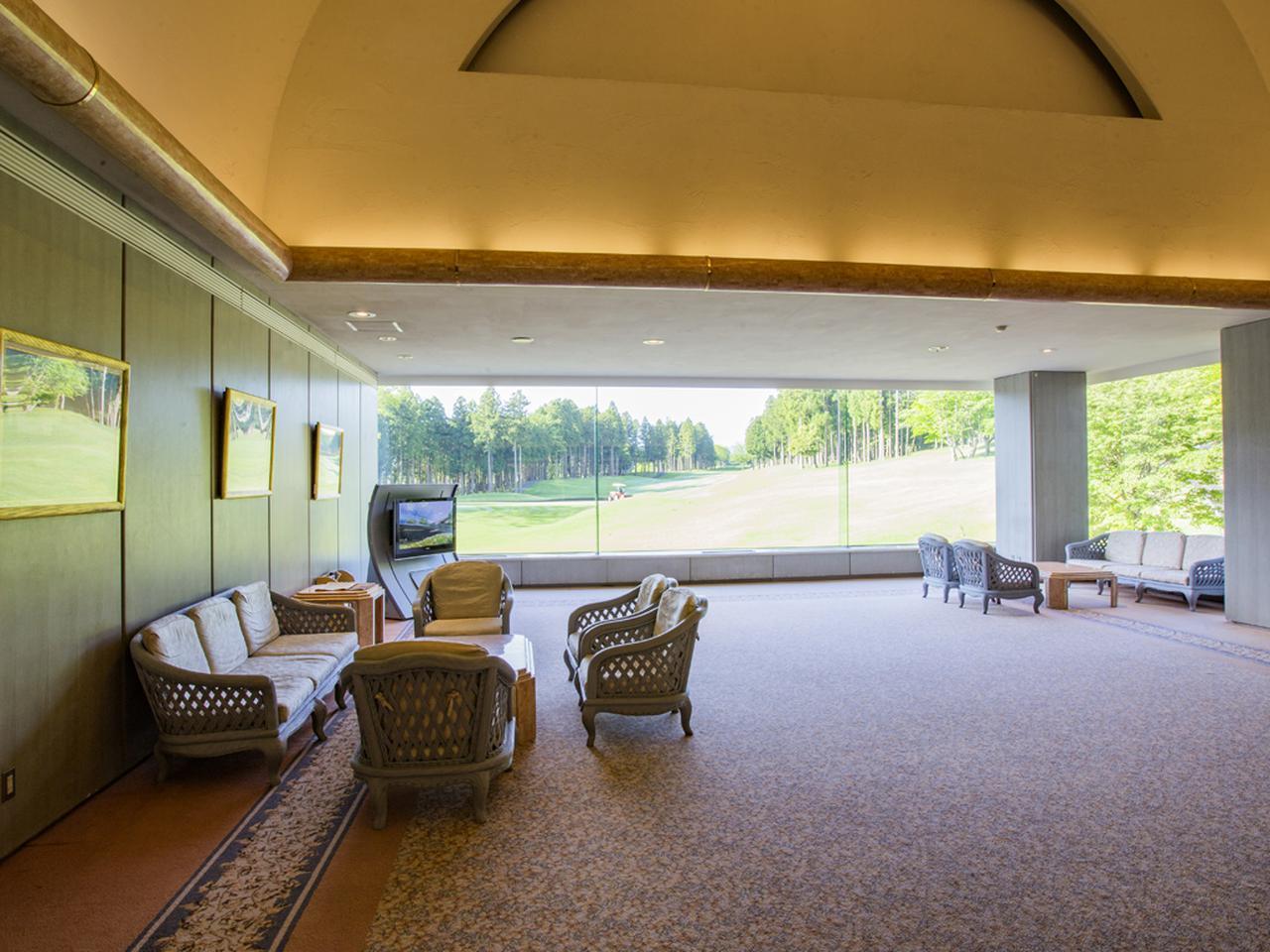 画像: 玄関の対面はラウンジとして応接セットが置かれているが、コースが絵画のように見える