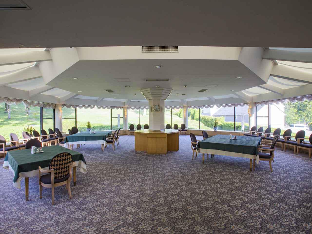 画像: レストラン奥にあるパーティルームは八角形のデザインが特徴的