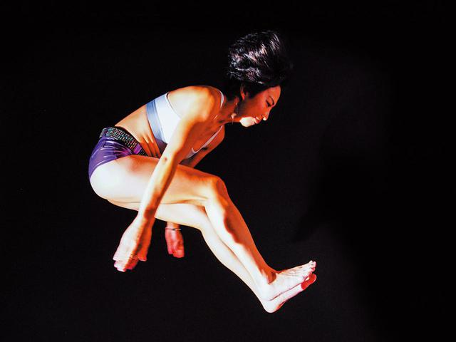 画像: 「インパクトは腹筋を凹ませて背中を丸める」