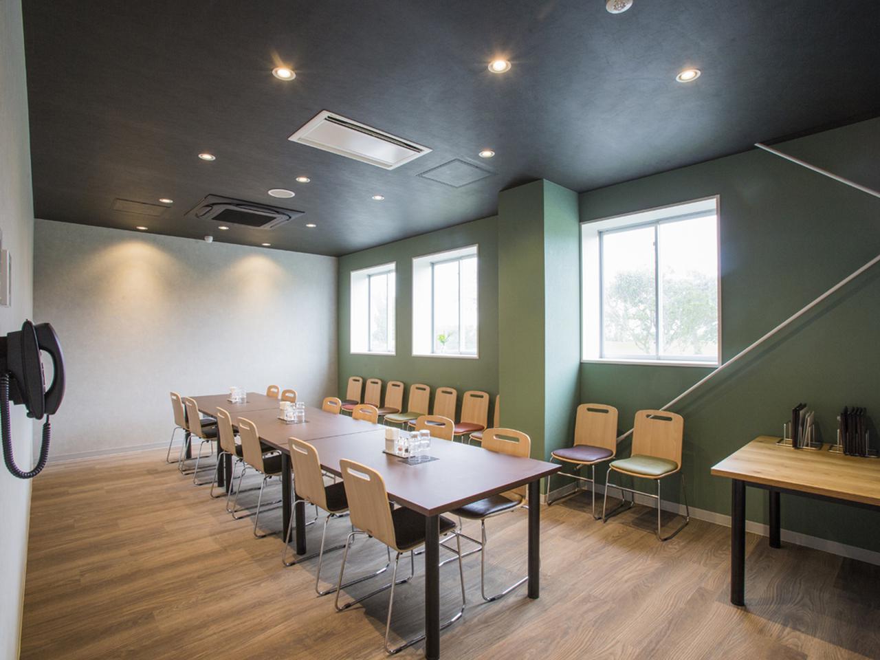 画像: コンペルーム① レストラン奥に2つコンペルームが並ぶ。2室24名収容