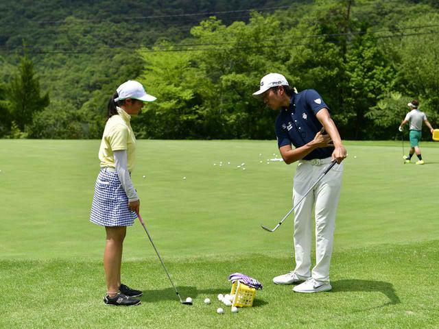 画像: 渋野日向子プロを指導する青木翔コーチのレッスン風景