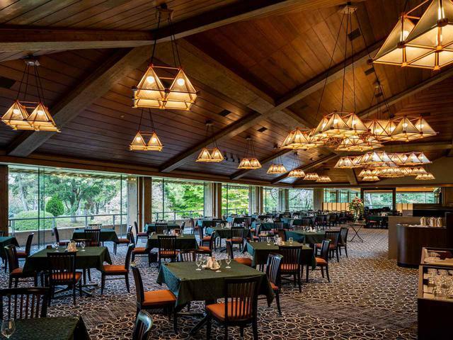 画像: 広く、開放的なレストラン。コースを望む窓からの景色も抜群