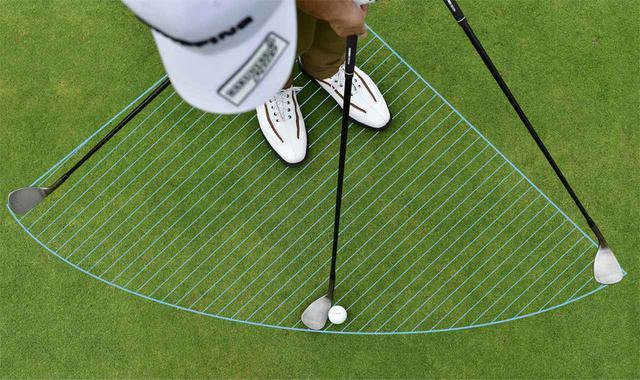 画像: 軌道でドロー回転をかけるために、上から見たときおうぎ形になるように振る。イントゥインを意識して、アドレスでセットした手元の位置(左わき下)を支点と考えて振るといい。真っすぐ上げないように注意
