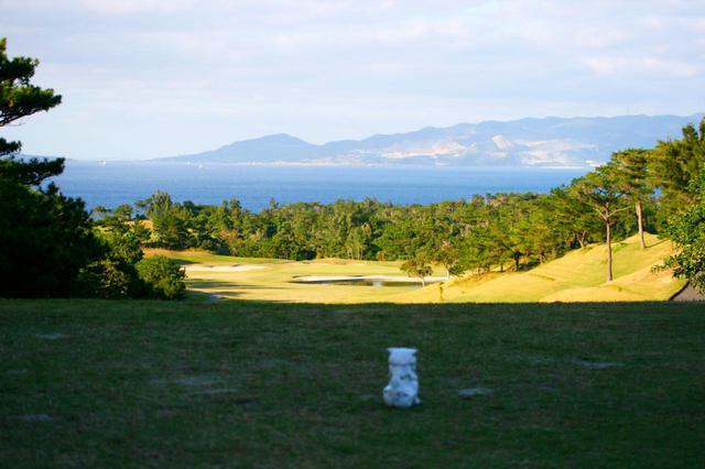 画像: 沖縄ゴルフの醍醐味。東シナ海に向かってナイスショット!