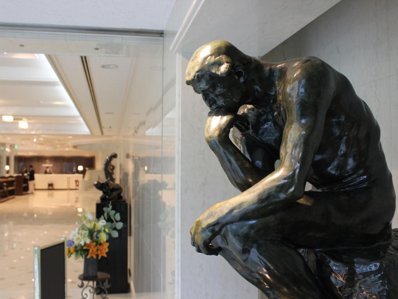 画像: 館内にはロダンをはじめ、アート作品が随所に。