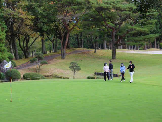 画像: グリーン全体の傾斜の見方など、レッスン内容はどれも実戦的。本コースでのレッスンはまさにゴルフ場ならでは