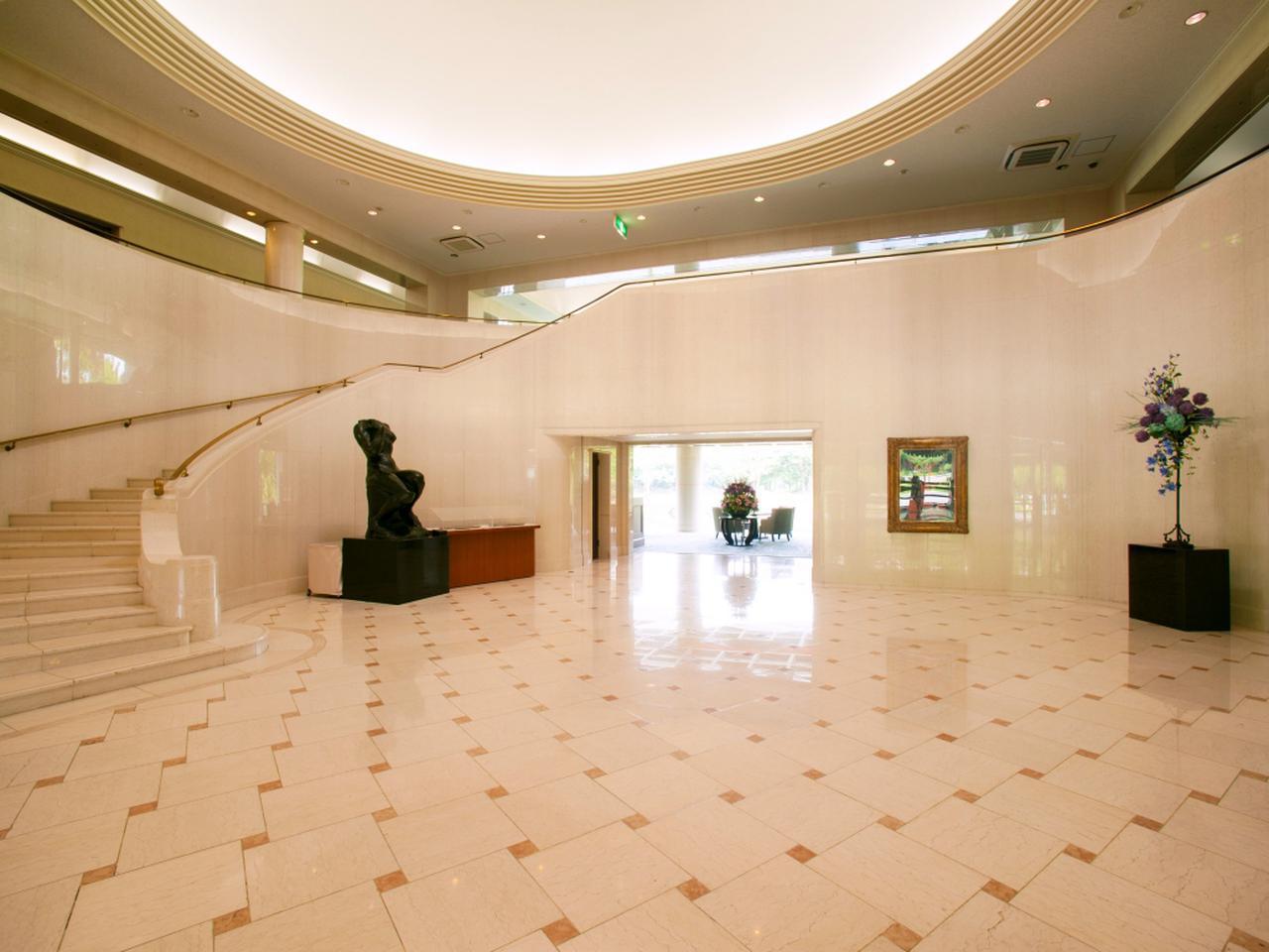 画像: まるで美術館のようなクラブハウス内