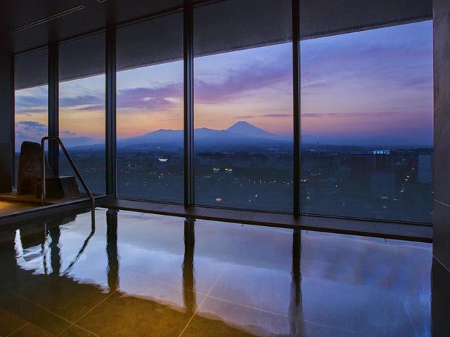 画像3: ご宿泊は6月にオープンしたばかりの 「富士山三島東急ホテル」。 最上階の展望温浴施設「富士の湯」からの眺めは格別