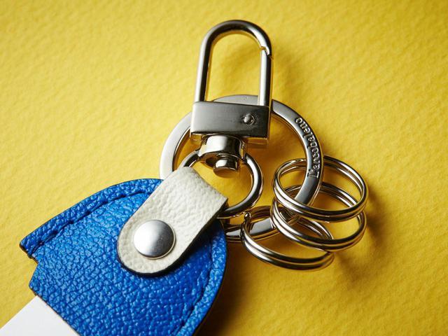 画像: 小さなカラビナのような金具のほか、3つの2重リングでキーホルダーとしても使えます