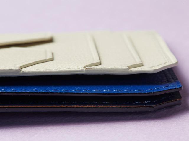 画像: 2つのフリーポケットにはお札やレシートを入れて。(写真は青×白)