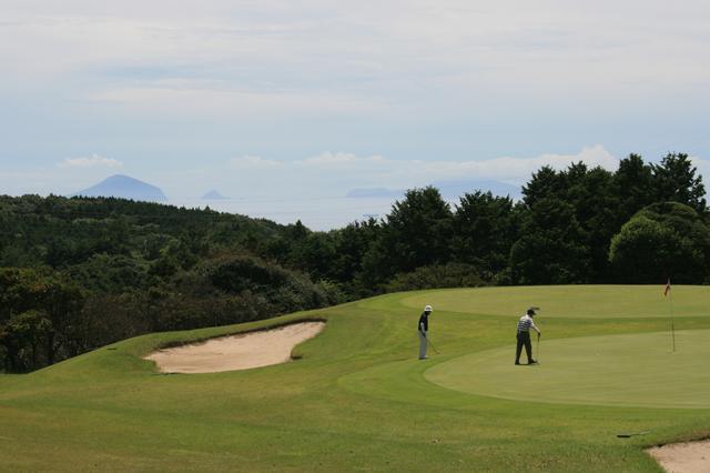 画像: 森コース6番ショートホールグリーン 伊豆七島が背景