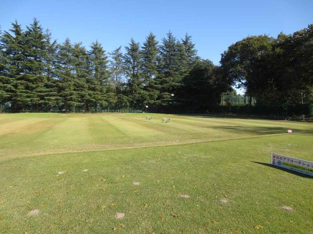 画像: 天然芝から練習できる坂東ゴルフアカデミーも好評