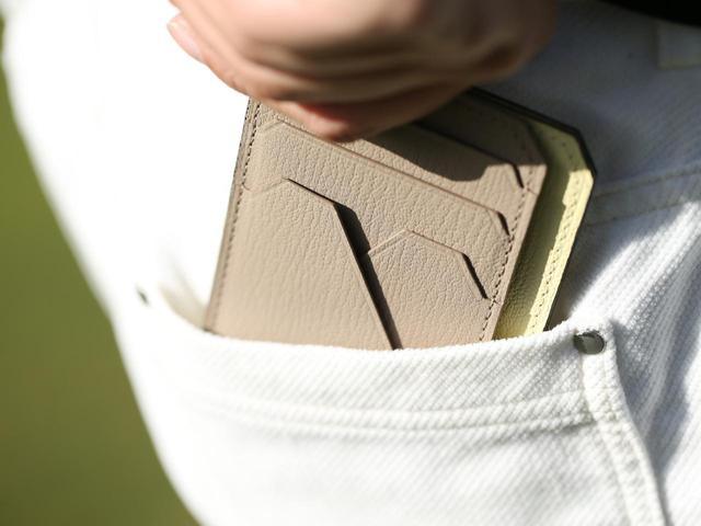 画像: 薄型なのでポケットにも入れてもすっきり