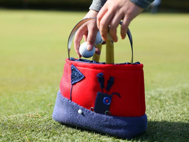 画像: 練習グリーンでも、ひと目で自分のバッグだと分かりますね