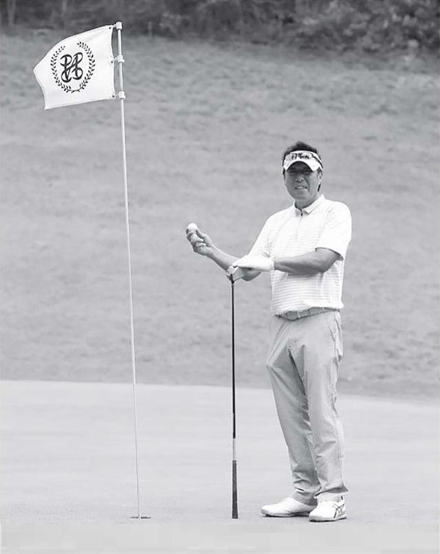 画像: ゴルフ全体でいえば、偉い順は左から、旗、ボール、クラブ、人間。なんにしろクラブと人間の主従関係だけは変わらないのだ