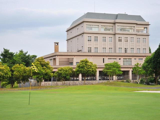 画像: 三日月カントリークラブ ホテルが併設されたクラブハウス