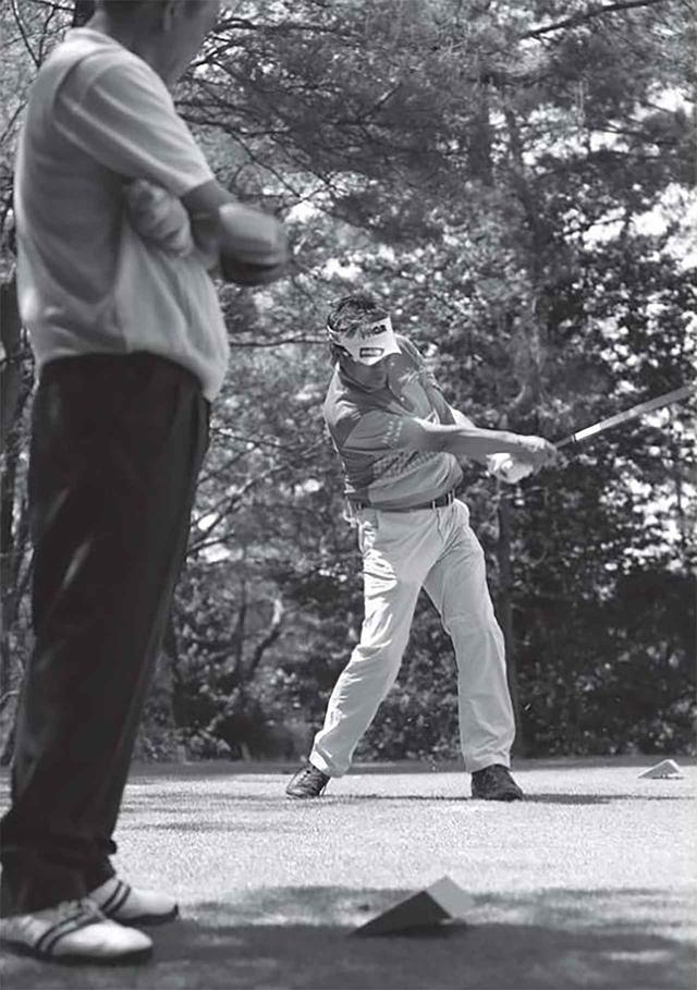 画像: 奥田プロが低い球なら志門プロは高い球で。奥田プロが右からドローなら、志門プロは左からフェードで。二人のラウンドはまるで球で会話しているように見える